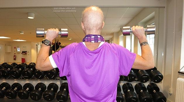 Cancerpatient tränar på gym