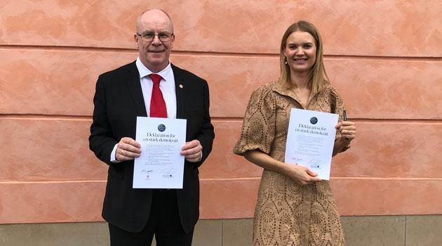 Anders Hagfeldt och Emma Frans utanför slottet