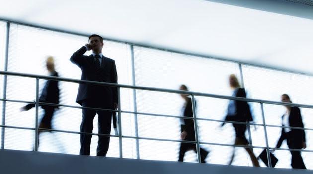 Silhuetter av fem människor i ett trapphus – en av dem i förgrunden