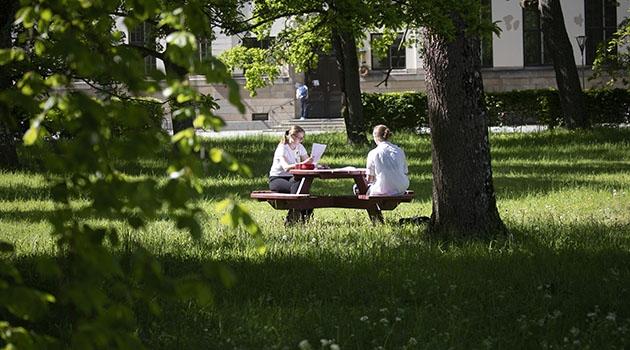 Studenter vid Campus Engelska parken.