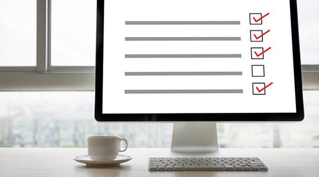 En stiliserad enkät på en datorskärm med en kaffekopp bredvid