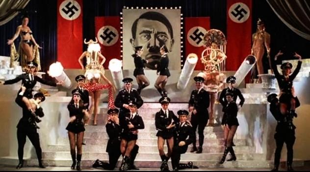 Skärmbild från en dansscen i filmen.