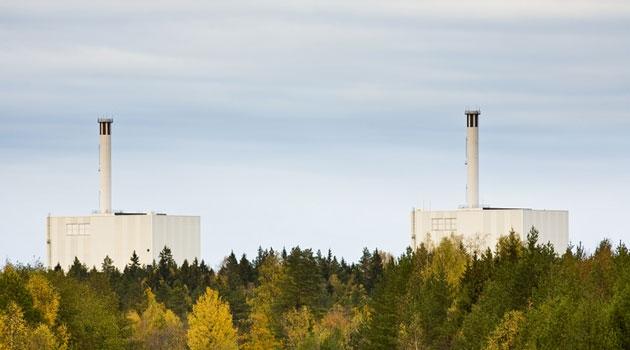Forsmarks kärnkraftverk syns bakom träden