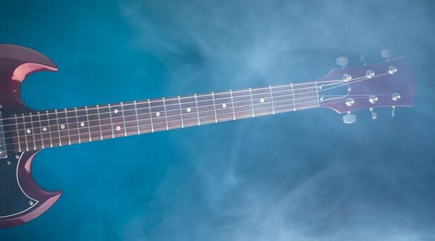 Bild på elgitarr i rökig miljö.