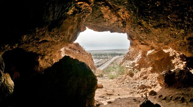 Grotta där man kan kika ut genom utgången.
