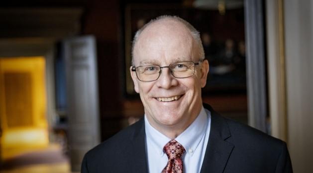 Porträtt av rektor Anders Hagfeldt iförd svart kavaj och rödmönstrad slips.