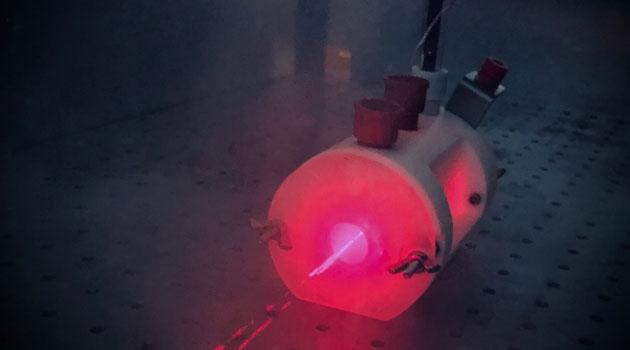 Fotoelektrokemisk cell som lyser i rosa.