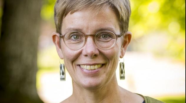 Porträtt av Helena Wahlström Henriksson fotograferat utomhus.