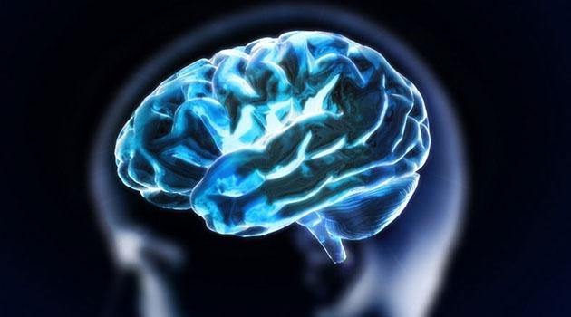 Illustration av en hjärna i blått ljus.