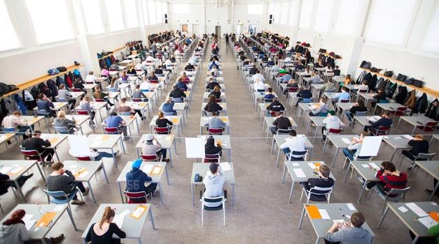 Bild från en stor sal där högskoleprovet skrivs