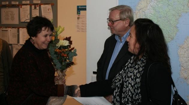 Lärare och forskare Anneli Edman får blommar av prodekan Shirin Ahlbäck Öberg.