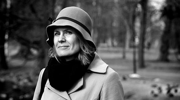 Personporträtt på Karen Brounéus fotograferat utomhus.