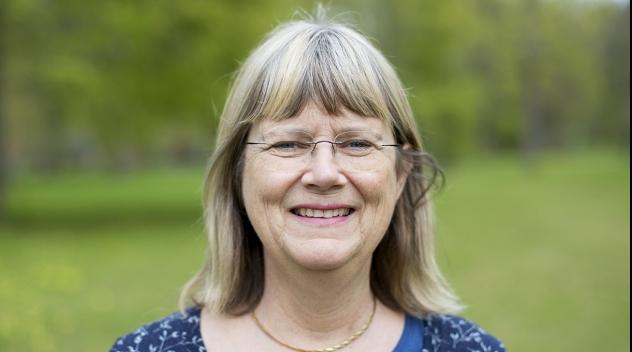 Personporträtt på Kerstin Rydbeck fotograferat utomhus.
