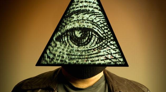 En man som bär en mask föreställande ett öga.