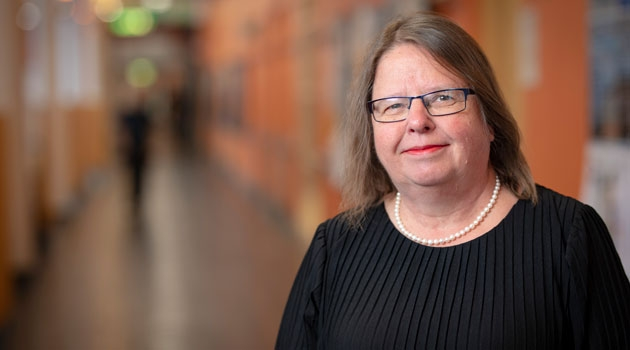 Porträtt av Kristina Edström i korridoren på Ångströmlaboratoriet.