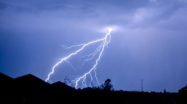 Blå himmel med blixtar