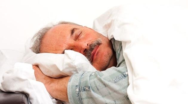 sovande äldre man