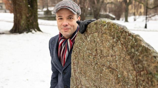 Marco Bianco vid en runsten i universitetsparken.