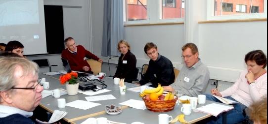 En grupp från Erasteel Kloster AB diskuterar med några forskare.