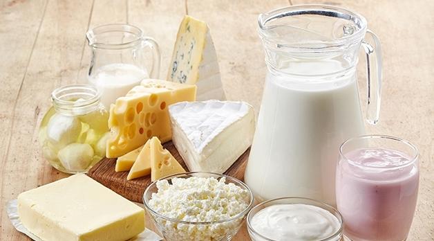 Olika mejeriprodukter som ostar smör, mjölk och yoghurt