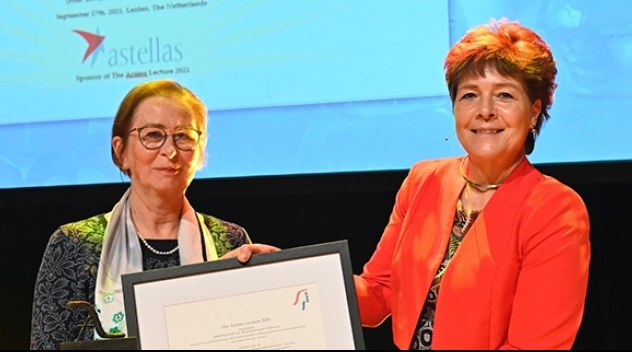 Margareta Hammarlund-Udenaes (tv) mottar Ariens Award i Leiden