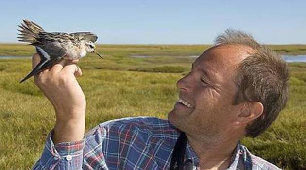 Björn Olsen håller i en fågel.