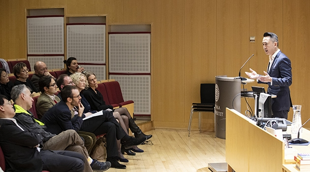 Viet Thanh Nguyen talar till sittande publik.