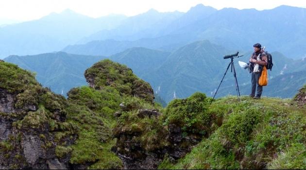 Per Alström spanar efter fåglar i Niubeishan, Sichuan, Kina.