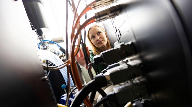 Cecilia Persson bakom en stor maskin.