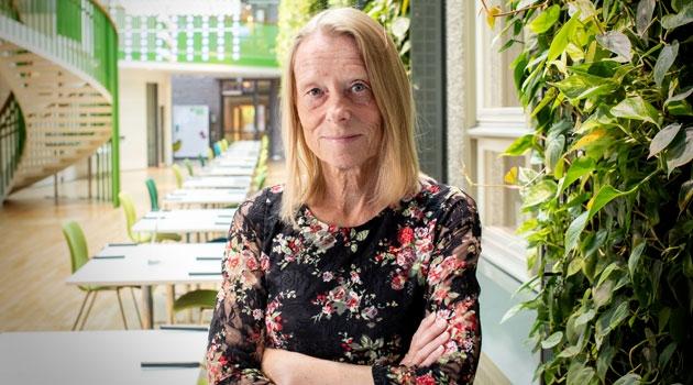 Porträtt av Siv Andersson i trapphallen på SciLifeLab.