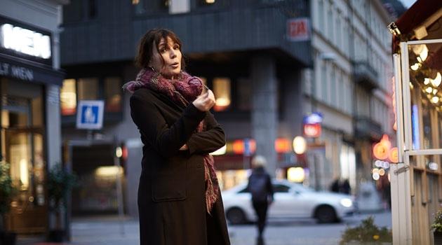 Sofia Näsström står ute på gatan i Stockholm