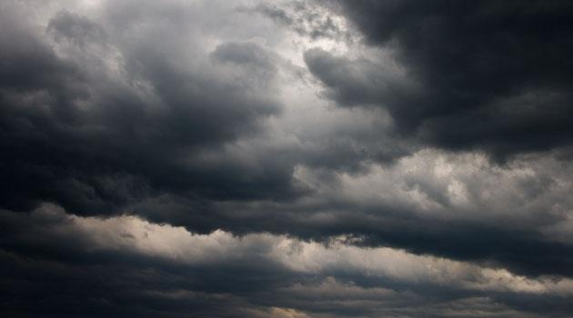 Mörkt moln på himlen.