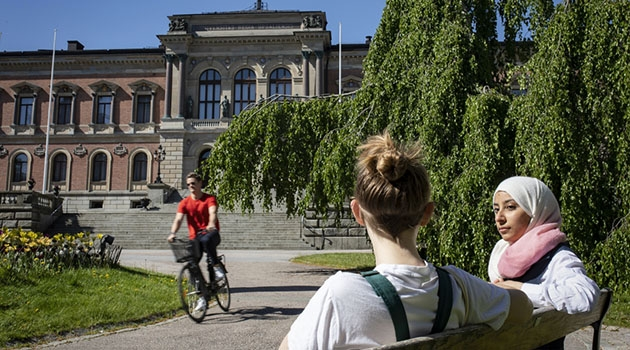 Studenter utanför Universitetshuset i Uppsala