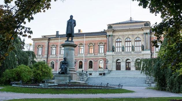Universitetshuset med staty av Geijer i förgrunden.