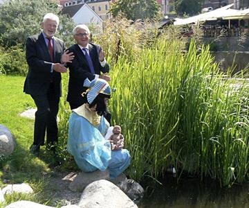Anders Hallberg och Göran Bexell ser Uarda lyfta upp Moses ur Fyrisån.