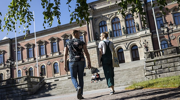 Students in front of the University Buildning in Uppsala.