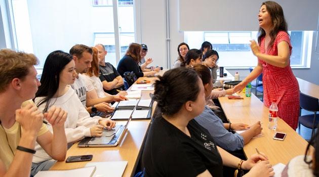 Klassrum med studenter och lärare