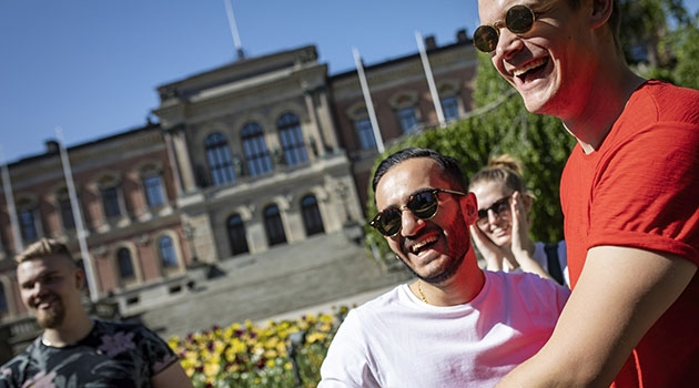 Uppsalastudenter framför Universitetshuset